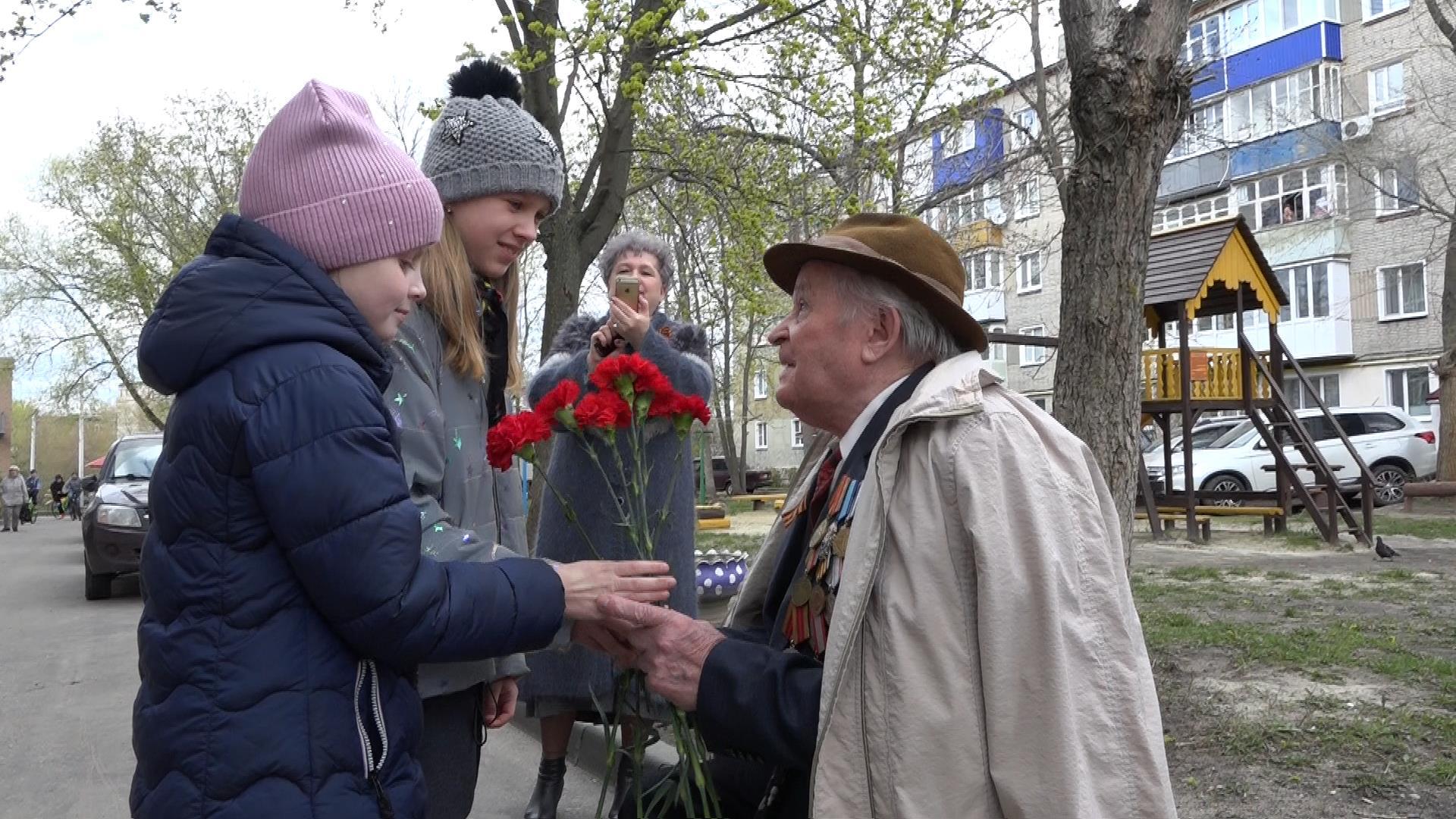 Для участника Великой Отечественной войны организовали концерт во дворе дома