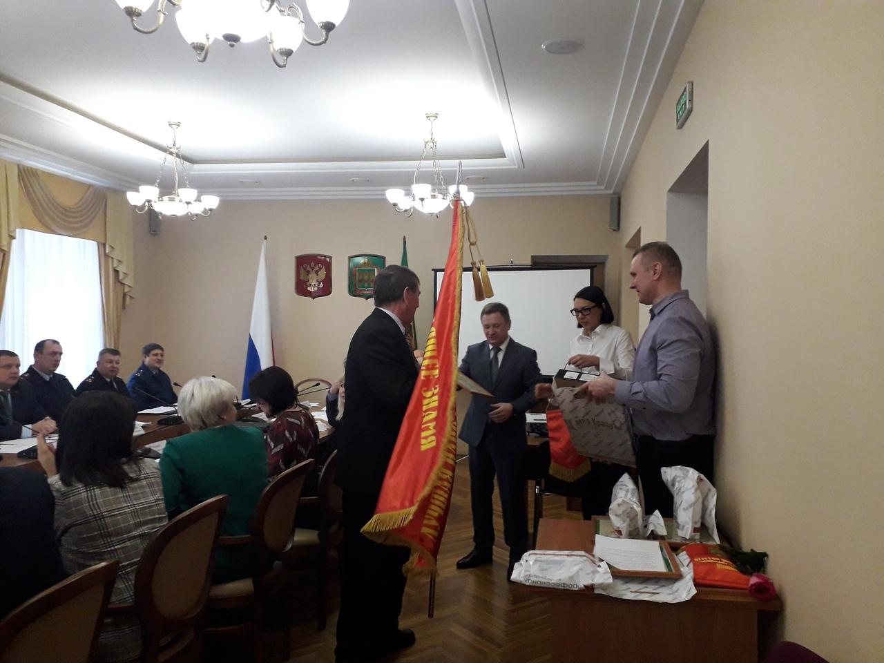 Народной дружине города Кузнецка - победителю областного конкурса вручено переходящее знамя