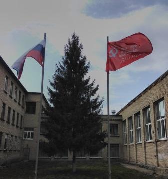 В школах Кузнецка установили копии Знамени Победы