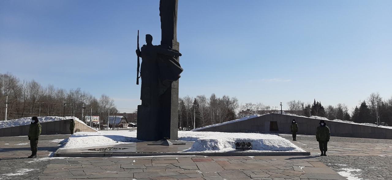 Кузнецкие школьники несут Вахту памяти у Монумента воинской и трудовой Славы Пензы