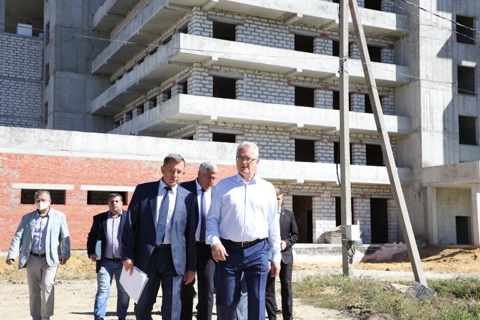 Глава региона проинспектировал ход строительства хирургического корпуса