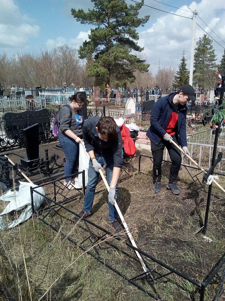 Волонтеры приводят  в порядок могилы ветеранов