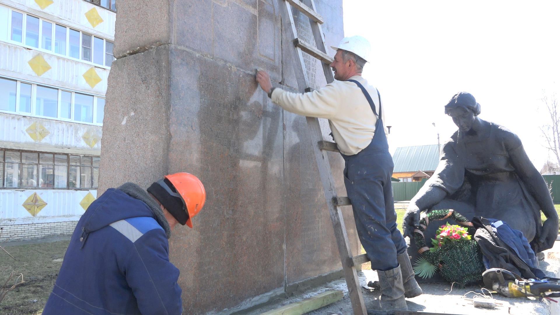 В сквере 70-летия Победы ведутся работы по установке обелиска с именами участников Великой Отечественной войны
