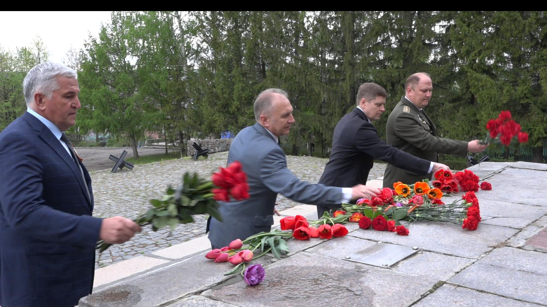 Глава администрации города Кузнецка Сергей Златогорский  возложил цветы к Вечному огню