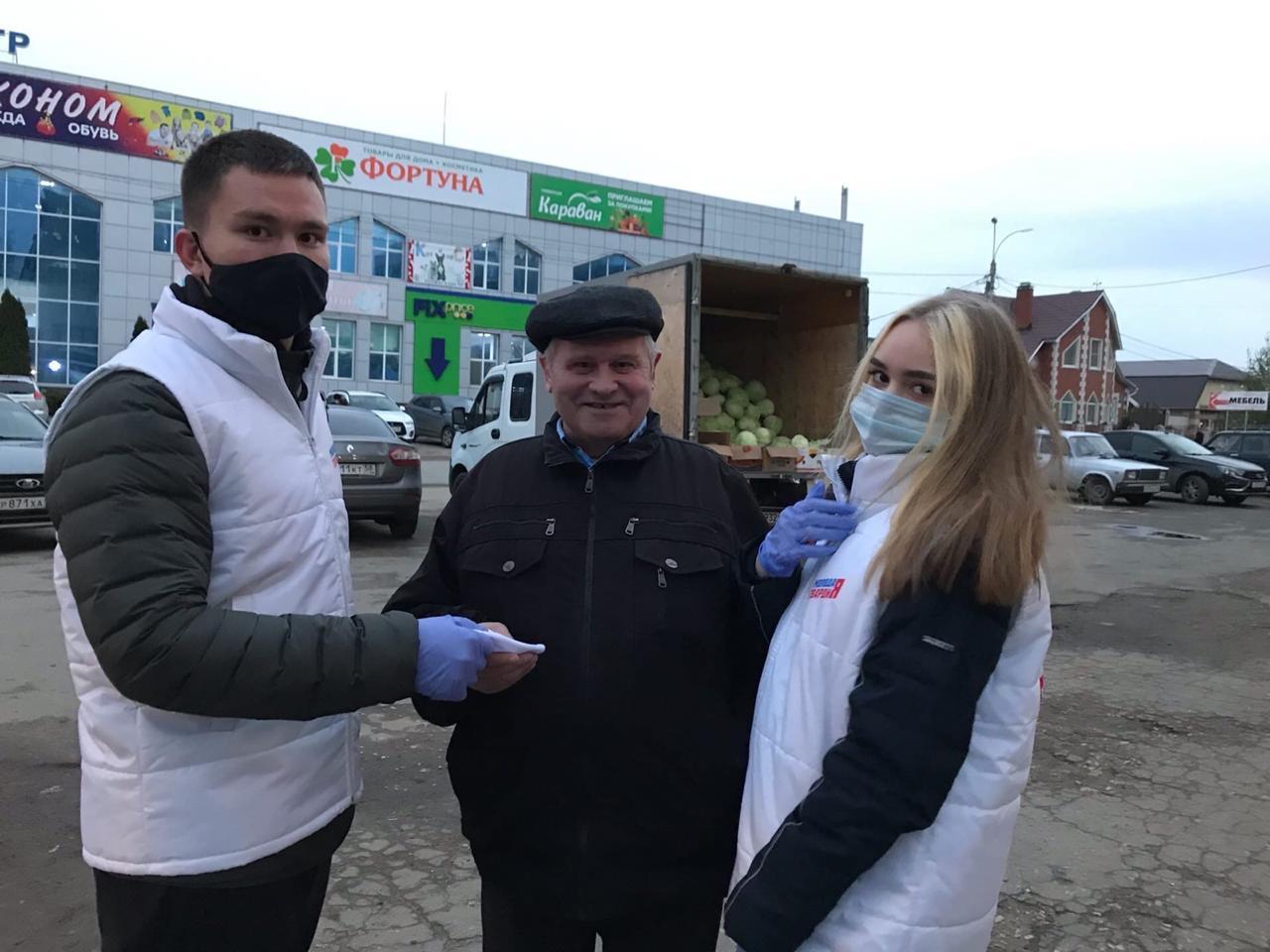 Волонтеры бесплатно раздают маски жителям города